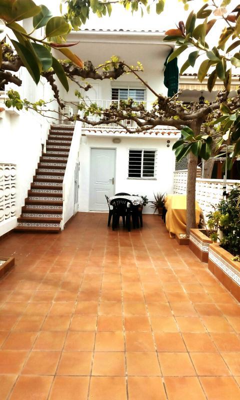 El patio del bungalow tiene jardineras, con una ducha exterior