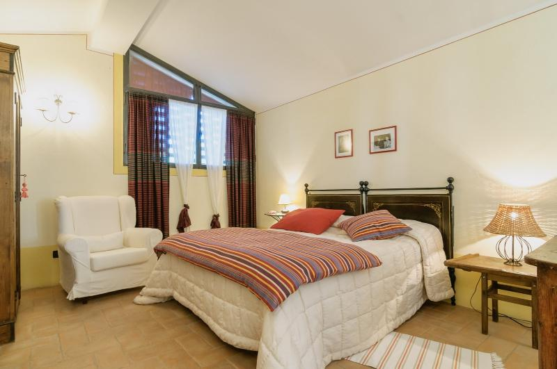 Room Frida. Equipped with double bed, bathroom with shower, independant entrance and living room.