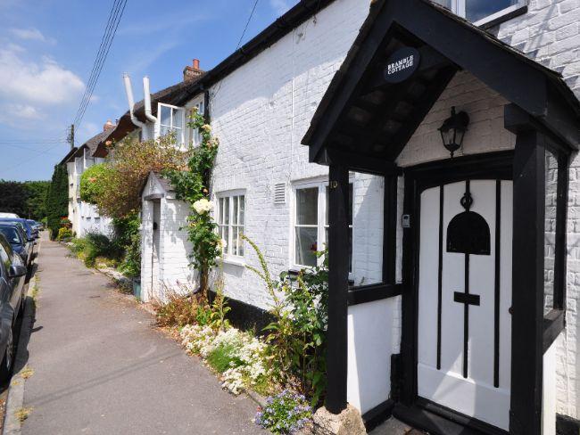 cabaña tradicional enclavado a lo largo de la carretera principal del pueblo en el corazón de Dorset