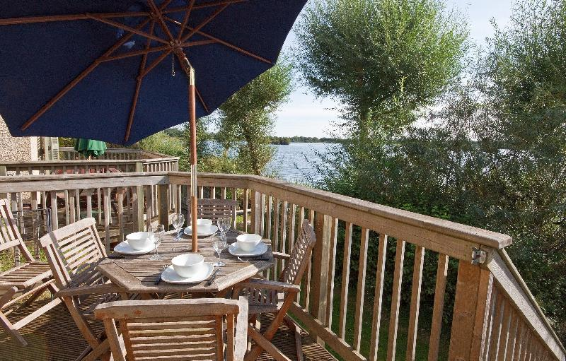 Tide Cottage, Mill Village 75 - 3 bedroom lakeside cottage in the Cotswolds, holiday rental in Cirencester