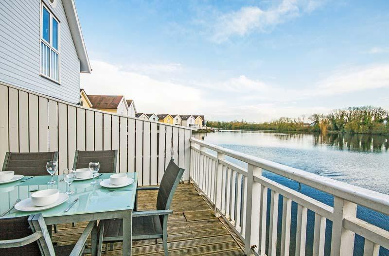 Eider Lodge, Spring Lake 52 - 3 bedroom lakeside lodge in the Cotswolds, holiday rental in Poulton