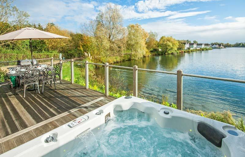 The Ferns, Spring Lake 77 - 4 bedroom lakeside lodge with hot tub, holiday rental in Poulton