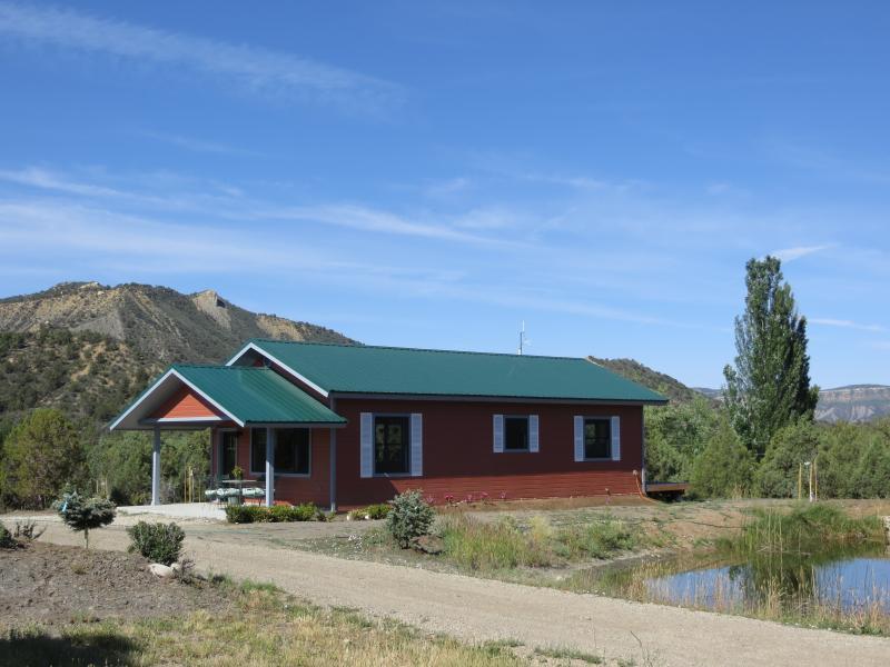 Situé dans la vallée de Mancos avec vue sur la montagne à côté d'un petit étang