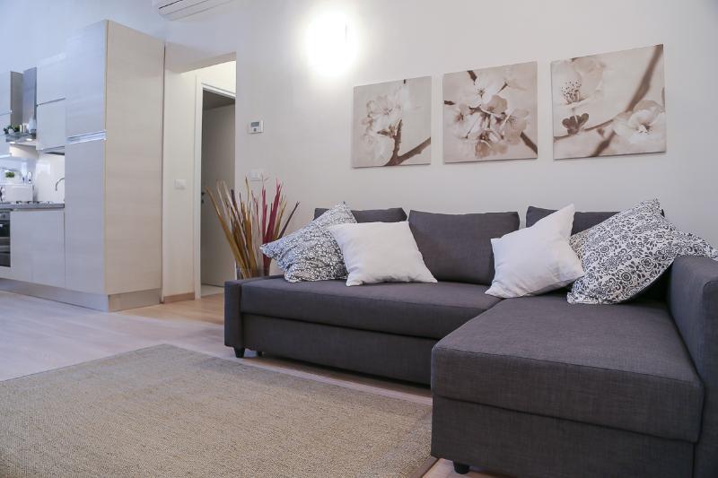 soggiorno  con comodo divano letto doppio