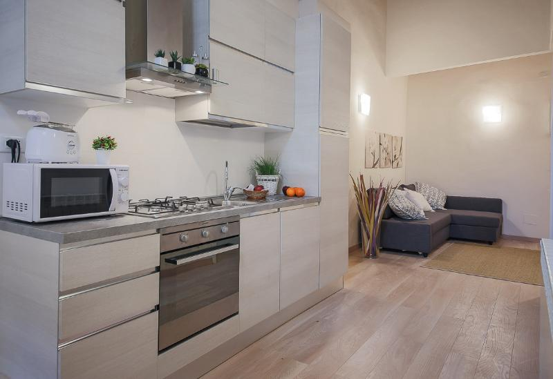 cucina super accessoriata con maxi frigo-forno e tutti gli elettrodomestici