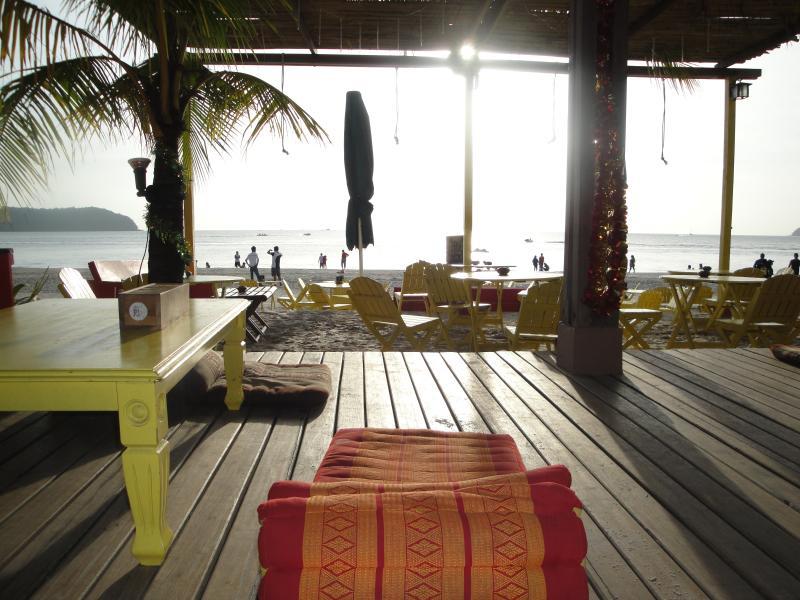 Relájese en la famosa playa pública de Pantai Cenang