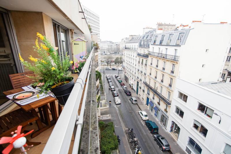 Ideal location next to Bastille, Le Marais and Gare de Lyon. Balcony view to Bassin de l'Arsenal.
