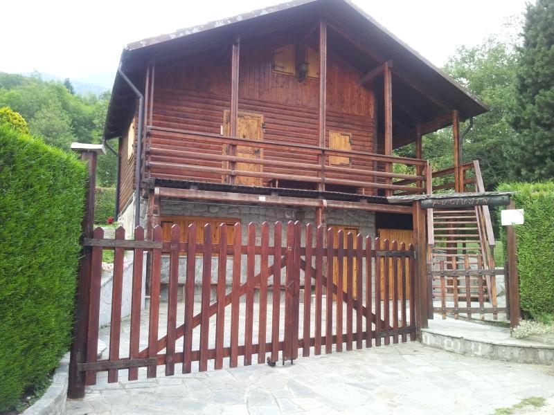 chalet di montagna su 3 piani. giardino e barbecue, vacation rental in Prarostino