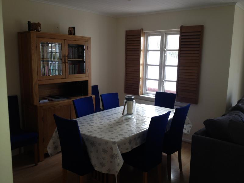 Dining table for 6 - extends to fit 8