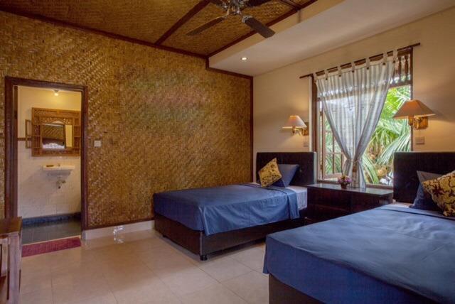 Chambre Twin avec un ventilateur de plafond & / CLIM située au 2e étage, salle de bains ci-jointe