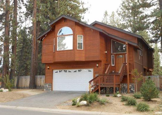 V2-Large Tahoe cabin style home, close to all Tahoe activities, wonderful hot tu, vacation rental in Markleeville