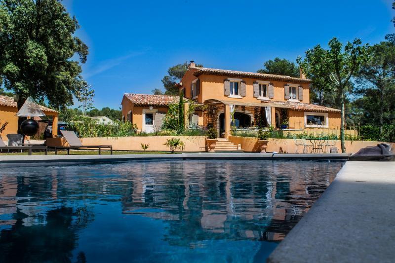 Grande Villa en campagne avec piscine chauffée 8 personnes., holiday rental in Puget