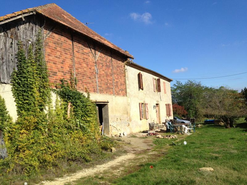 Organic farm stay with views of the Pyrenees, location de vacances à Biran