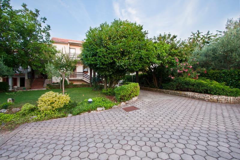 Walnut Tree 80 m2 sunny apartment, location de vacances à Porec