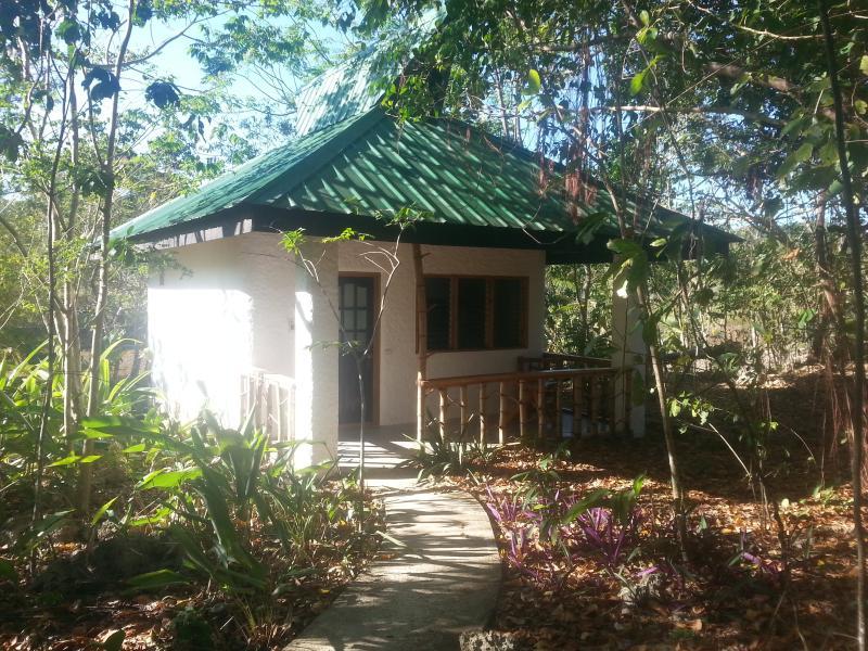 Kims-Garden jungle cottage, holiday rental in Jagna