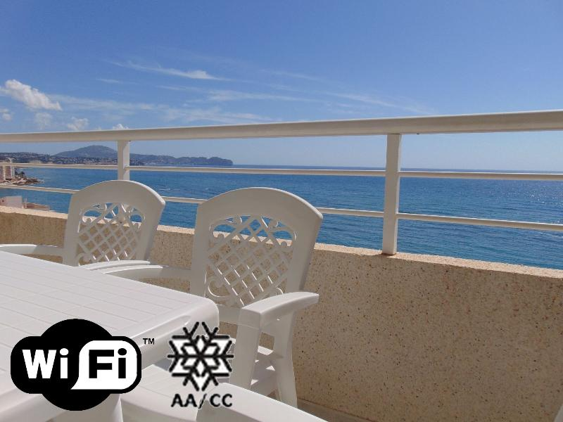 Apolo16 15D70 - Apartment at the beach with pool and sea views in Calpe – semesterbostad i Calpe