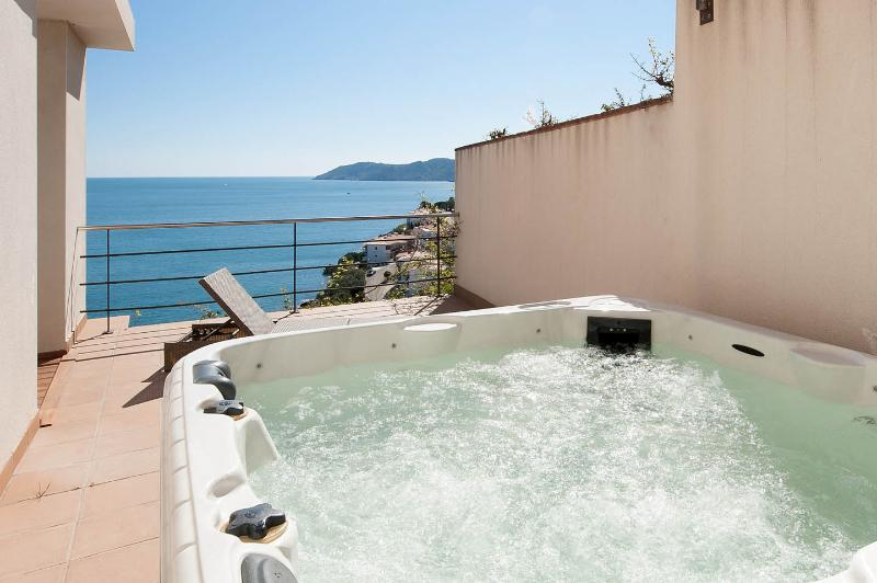 SPECTACULAR VIEWS FROM YOUR JACUZZI