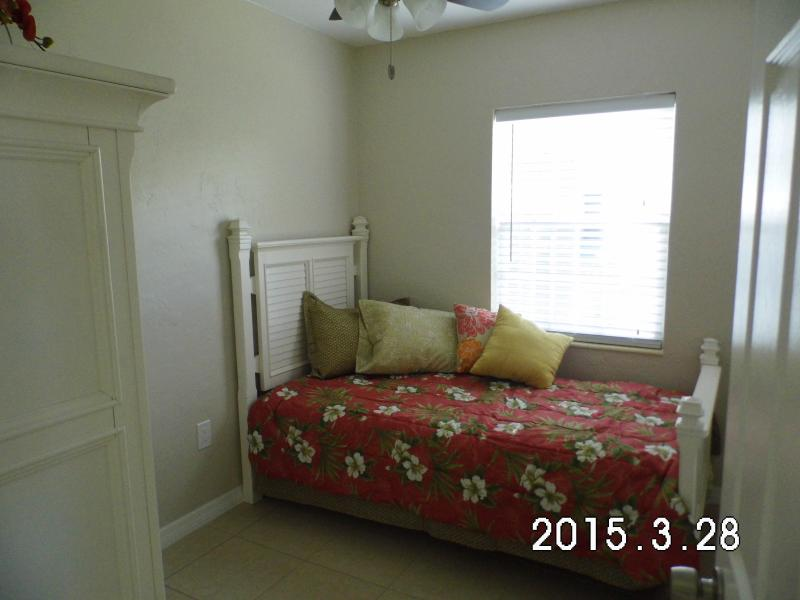 Single bedroom with trundle bed
