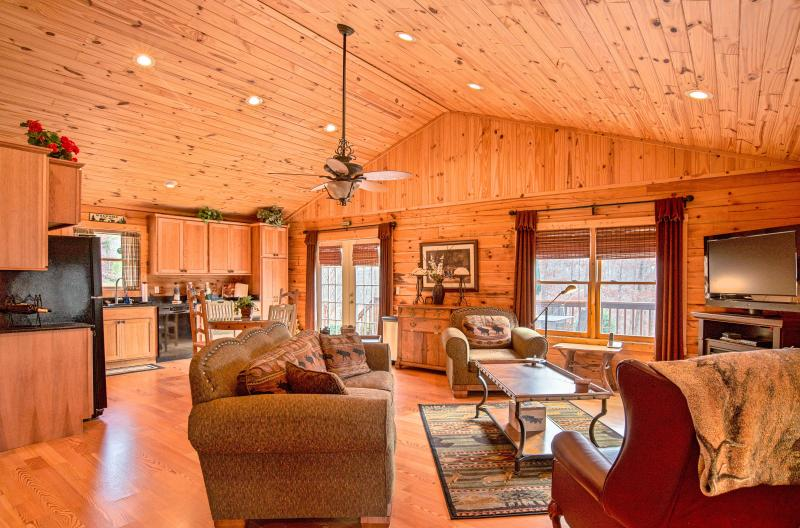 Luxe Cabin Less Then 3 Miles To Tryon International Equestrian Center, vacation rental in Tryon