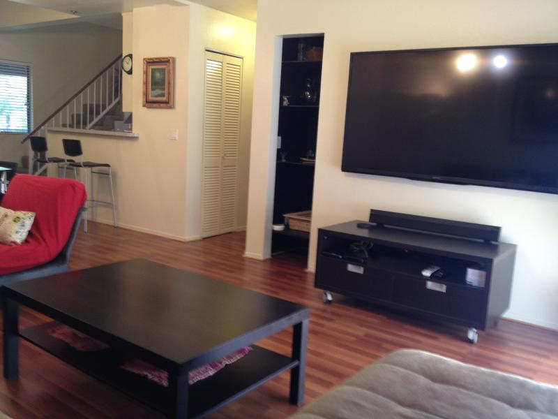 Townhouse Style Calif 3 Bdrm / 2 full baths. Apt, vacation rental in Glendale