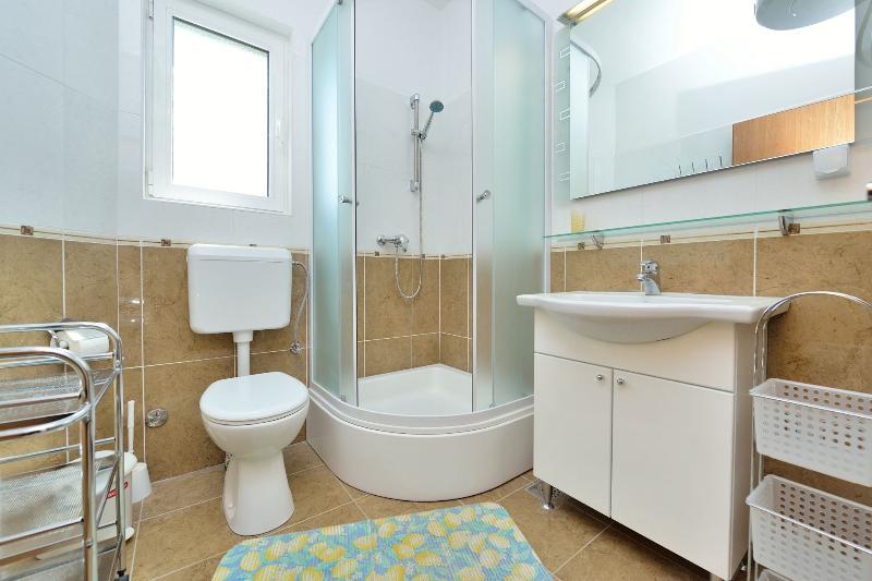 A1 (2+2) ISTOČNI: bathroom with toilet