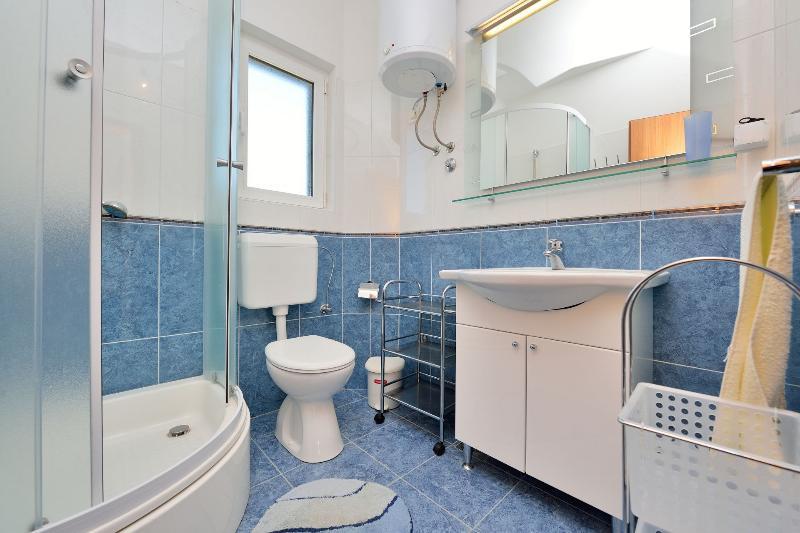 A2(2+2) ZAPADNI: bathroom with toilet