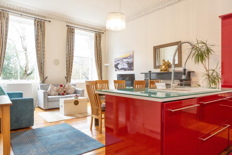 Una cocina abierta, comedor y sala de estar.