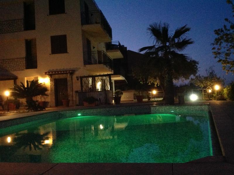 l'esterno con la piscina ,vista di notte