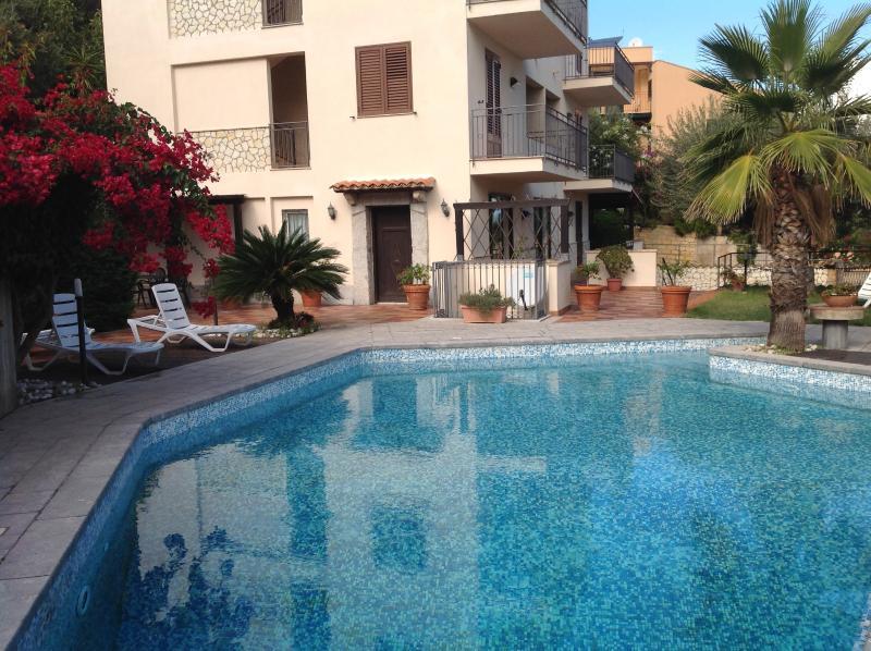 Das Äußere der Villa mit Pool.