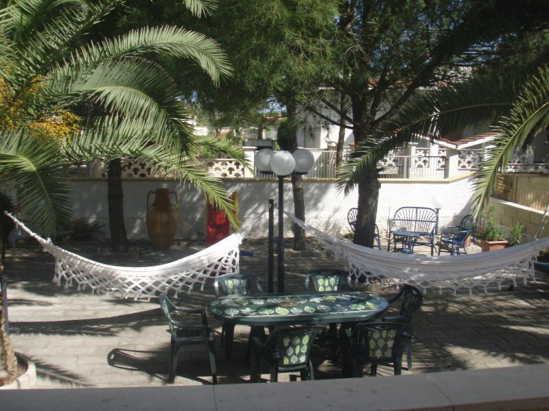 villa con giardino 100 mt dal mare, mar jonio (ta), holiday rental in Lizzano