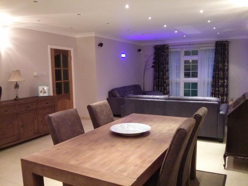 2 double bedroom modern house with secure parking, holiday rental in Wraysbury