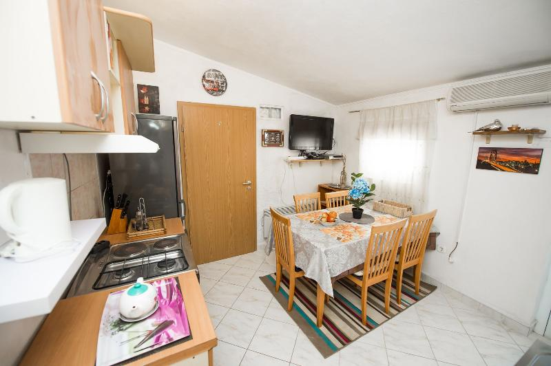 A2(4) Adria: kitchen and dining room