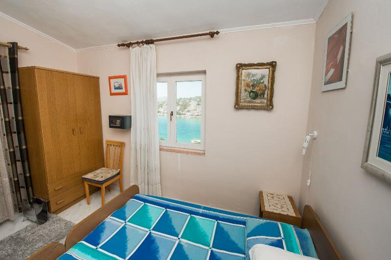 A2(4) Adria: bedroom