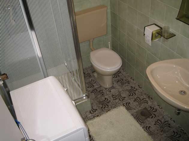 Crveni (2 + 2): baño con inodoro.