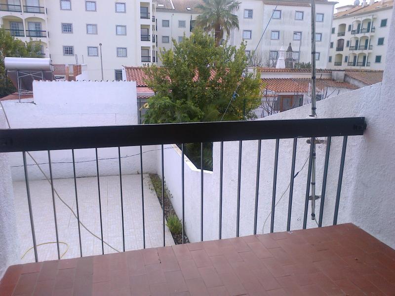 Vista posterior del balcón a la aldea y la piscina