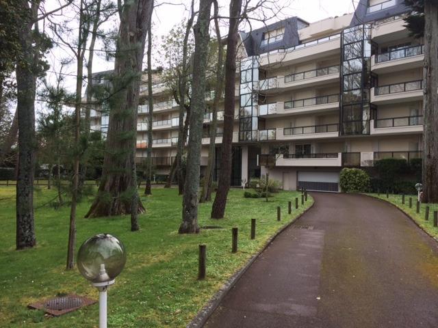 Park gebouw toegang aan de zijkant