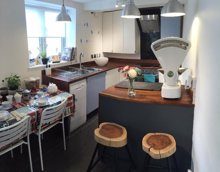Cuisine moderne, plan de travail bois avec Smeg appareils, D/lave-glace de lunette, induction hobb, W/Machine,