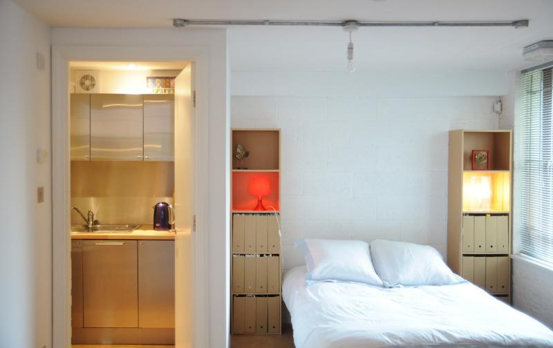 Spacious & modern with four large windows, separaete kitchen & showeroom