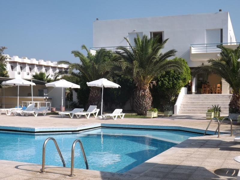 LEONIDAS HOTEL & STUDIOS, holiday rental in Zipari