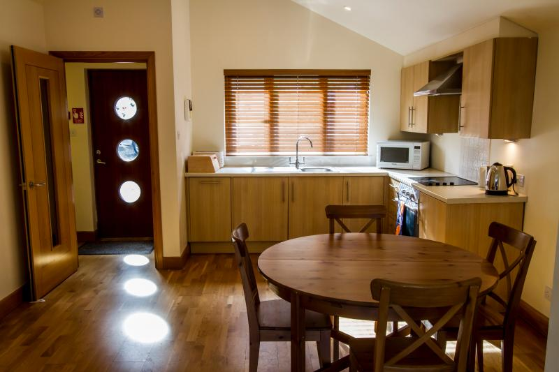 Level 1 fully equipped kitchen with oven, 4-ring hob, dishwasher and washing machine/dryer