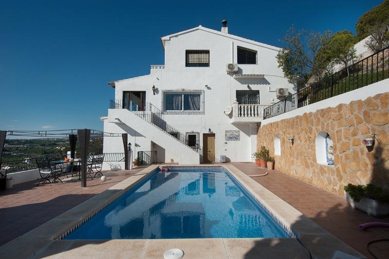 La casa tiene un apartamento separado a nivel de la piscina, con 2 habitaciones y 2 baños y cocinita