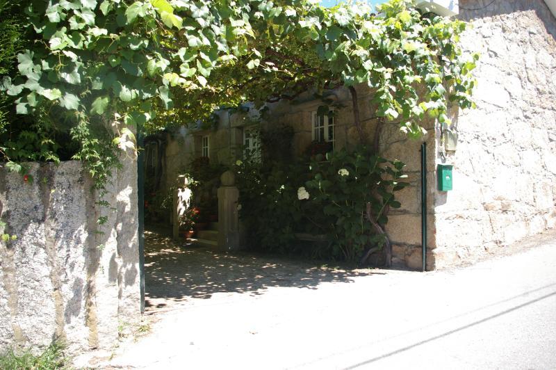 Casa rústica con finca ajardinada, vacation rental in Vilanova de Arousa