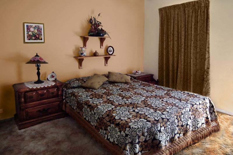 SUPPLÉMENTAIRE chambre meublée avec un lit double et un simple