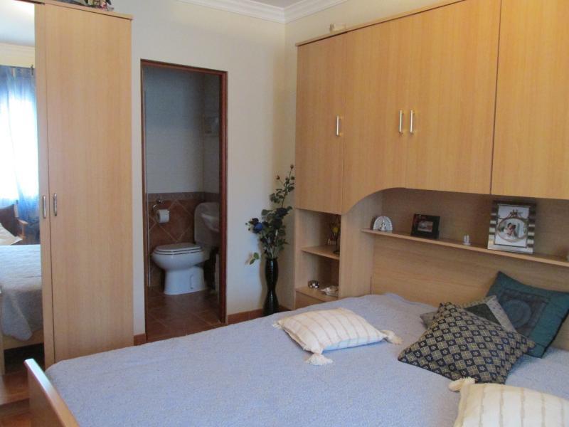 deuxième chambre avec salle de bains privée