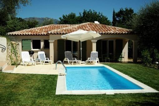 It is a charming, new villa with private Pool, holiday rental in Gilette