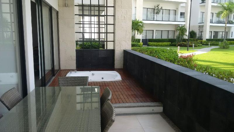 Terrace has dining table (6 pp) and jacuzzi