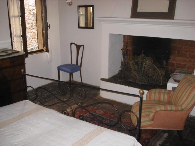 Camera da letto con camino
