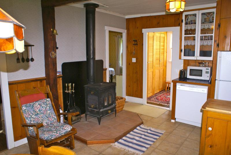 La chimenea hace la cocina acogedora y cálida