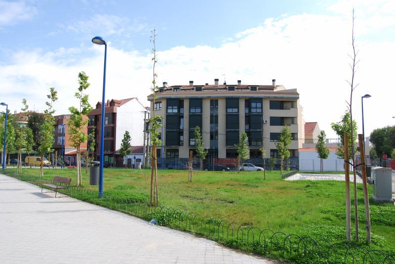 Quartier résidentiel étranger sans problèmes de stationnement. entourée d'espaces jardins et des sports