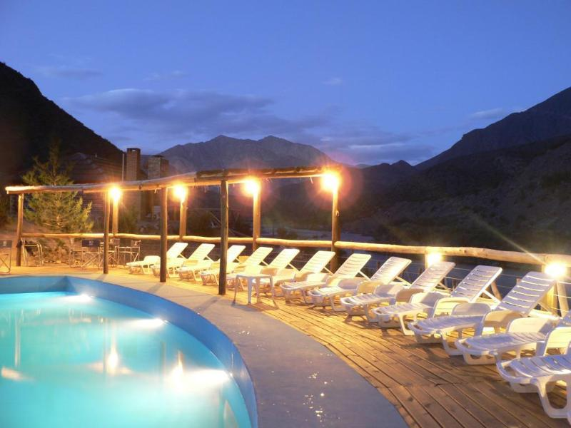 Pool with terrace to the Mendoza River
